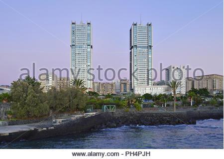 Torres de Santa Cruz - moderne Wohn- Hochhäuser in der Morgendämmerung. In der Stadt Santa Cruz de Tenerife Kanarische Inseln Spanien befindet. Stockbild