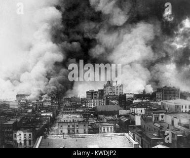 San Francisco in Flammen nach dem 18. April, Erdbeben von 1906. Ansicht umfasst das Gebiet östlich der Sansome Stockbild