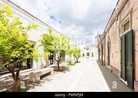 Specchia, Apulien, Italien - Wandern durch einen alten Gasse in Specchia Stockbild