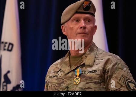 Der Kommandant der US Special Operations Command, General Raymond A. Thomas III, während seiner Pensionierung Zeremonie nach fast vier Jahrzehnten des Wehrdienstes bei der Macdill Air Force Base, 29. März 2019 in Tampa, Florida. Stockbild