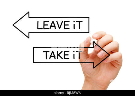 Hand schreiben Nehmt es oder es auf zwei Pfeile mit Marker auf transparenten Verlassen board abwischen. Über die bedingungslose bieten, Chancen oder Chance Konzept Stockbild