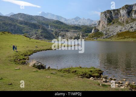 Wanderer am See Ercina, Seen von Covadonga, Picos de Europa, Asturien, Spanien, August. Stockbild