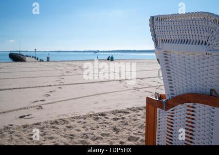 Bunte liegen am Strand bei schönem Wetter Stockbild