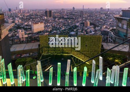 Zoom Sky Bar, Anantara Sathorn Hotel, Bar auf der Dachterrasse, Bangkok, Thailand, Stockbild