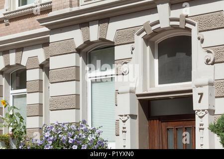 Dekoriert Tür Portal, Altes Wohnhaus in Körtingstrasse, Hannover, Niedersachsen, Deutschland, Europa ich Verziertes Türportal, Altes Wohnhaus in der Körtin Stockbild