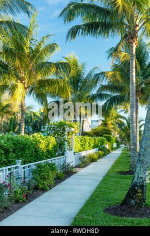 Bürgersteig Blick entlang der 2 Street South, Naples, Florida, USA Stockbild