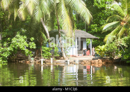Madu Ganga, Balapitiya, Sri Lanka - Dezember 2015 - Native leben bei Maduganga See, Asien Stockbild