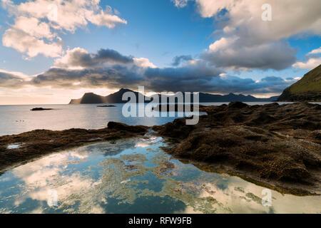 Meer bei Sonnenaufgang, Gjogv, Eysturoy Island, Färöer, Dänemark, Europa Stockbild