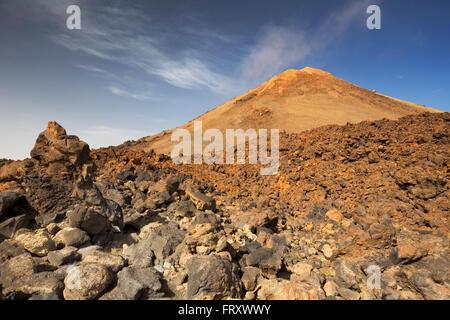 Vulkanlandschaft knapp unter den Gipfel des Mount Teide auf Teneriffa, Kanarische Inseln, Spanien. Stockbild