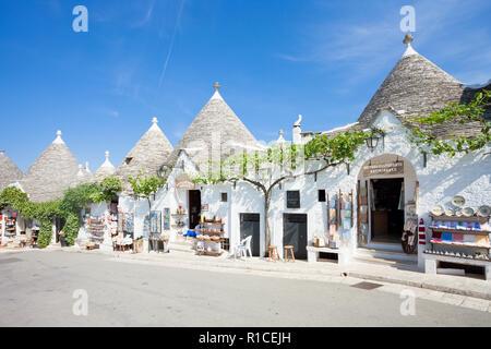 Alberobello, Apulien, Italien - 1. JUNI 2017 - eine Straße mit Souvenirläden in der Altstadt Stockbild