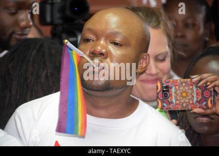 Ein Mitglied der LGBT mit einem Regenbogen Flagge während des Urteils gesehen. Lesben, Schwule, Bisexuelle und Transgender (LGBT) Personen in Kenia rechtliche Herausforderungen. Sie ordnete einen Fall vor Gericht plädierte für ihre Rechte anerkannt werden, und der Gerichtshof Kolonialzeit Gesetze, die Gay Sex unter Strafe abzuschaffen. Jedoch in dem Urteil des Gerichtshofs hat das Gericht die Gesetze. Stockbild