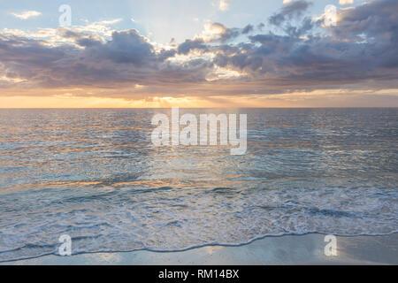 Einstellung Sonnenlicht über Barefoot Beach und den Golf von Mexiko, Naples, Florida, USA Stockbild