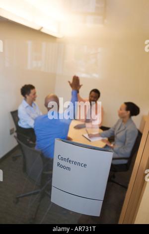 Geschäftsleute auf Tagung im Konferenzraum Stockbild