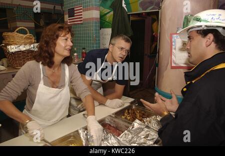 Schauspieler Susan Sarandon und Tim Robbins Mahlzeiten an zuführstationen für Arbeitnehmer am Ground Zero. Stockbild