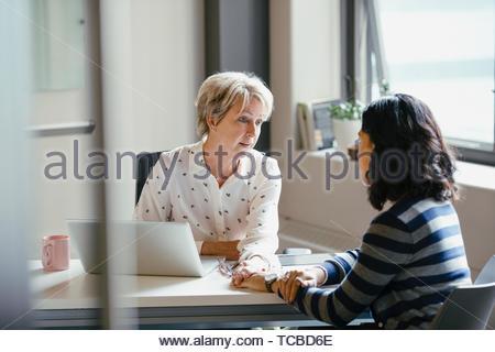 Geschäftsfrau, tröstliche Mitarbeiter im Büro Stockbild