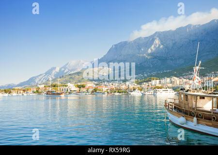 Makarska, Dalmatien, Kroatien, Europa - Segel aus dem Hafen von Makarska. Stockbild