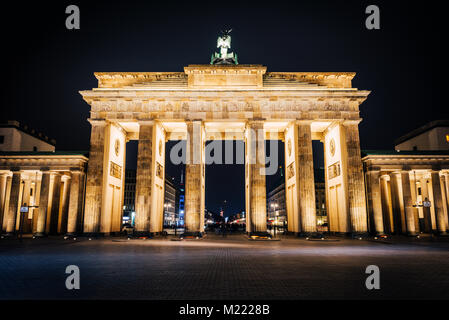 Brandenburger Tor bei Nacht. Das bekannteste Reiseziel in Berlin Stockbild