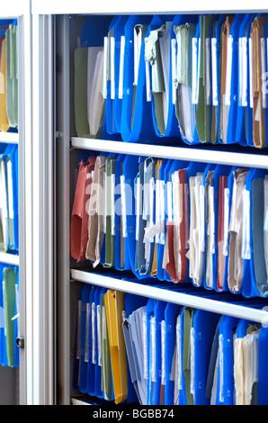 Foto des Kabinetts, die Einreichung von Unterlagen für Konten Papierkram UK Stockbild