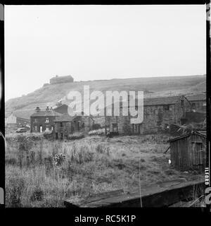 Shawforth, Whitworth, Rossendale, Lancashire, 1966-1974. Ein Blick nach Nordwesten vom Land aus der Market Street, Shawforth zeigt einen Cluster von Häusern auf alten Lane und Cowm Straße, mit dem Haus bekannt als Cowm, auf dem Hügel über sichtbar. Stockbild