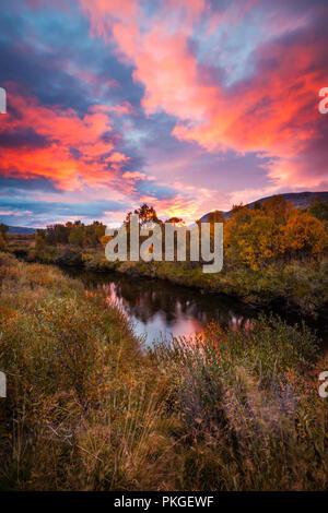 Herbst Sonnenaufgang am Fokstumyra Nature Reserve, Dovre, Norwegen. Stockbild
