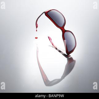 Rote Sonnenbrille tropft Blut Stockbild
