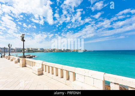 Otranto, Apulien, Italien - Ausblick von der Promenade von Otranto in Italien Stockbild
