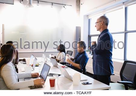 Geschäft Leute essen und arbeiten in Konferenzraum treffen Stockbild