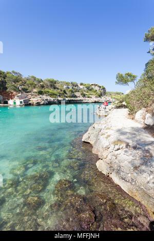 Cala Llombards, Mallorca, Spanien - August 2016 - türkisblaues Wasser am Strand von Cala Llombards Stockbild