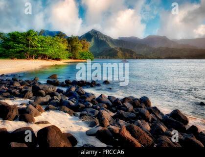 Hanalei Bucht mit weißem Sand und schwarzem Vulkangestein. Kauai, Hawaii. Stockbild
