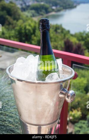 Detail der Flasche Champagner in einem Eiskübel im Freien an einem sonnigen Tag. Stockbild