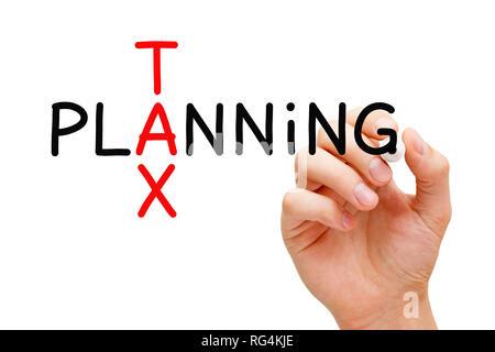 Hand schreiben Steuerplanung Kreuzworträtsel Konzept mit Marker auf transparentem Glas Bord isoliert auf Weiss. Stockbild