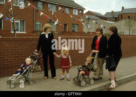 Unruhen Nordirland protestantischen Familie Frauen in Street chat Belfast 1980 s HOMER SYKES Stockbild