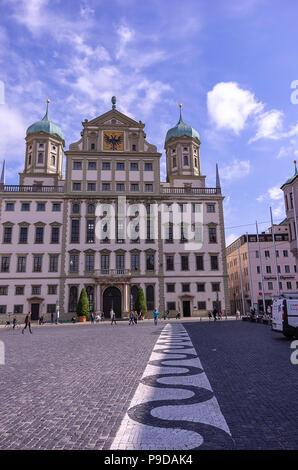 Augsburg, Bayern, Deutschland - 10. September 2015: Das historische Rathaus auf dem Marktplatz. Stockbild