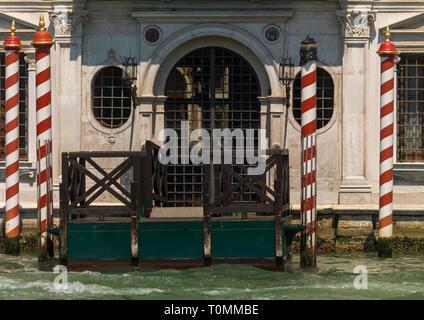 Alte Tür auf dem Kanal, Region Veneto, Venedig, Italien Stockbild