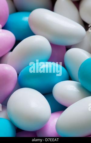 weiße und blaue Bonbons Stockbild