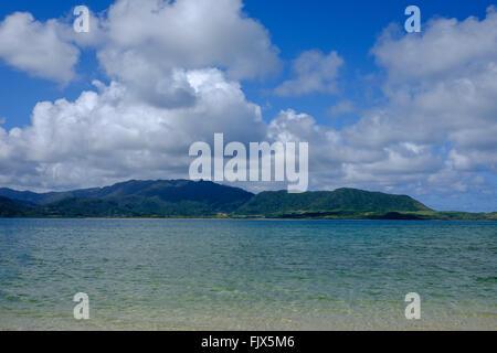 Panoramablick auf Meer und Berge gegen bewölktem Himmel Stockbild