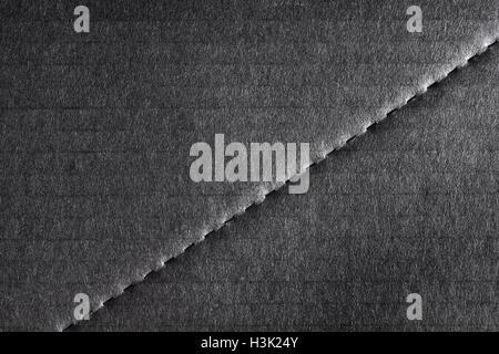 Schwarzer Hintergrund mit Karton Material mit einer Diagonale Dashhed Linie zur Trennung gemacht. Stockbild