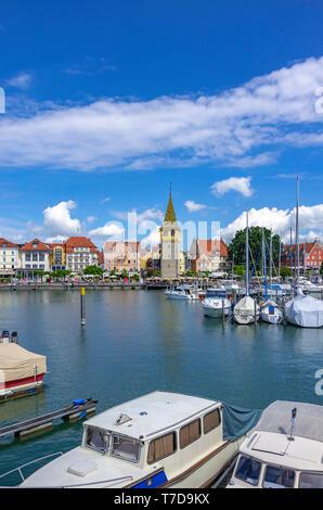 Blick über den Hafen und die mangturm Turm in der Altstadt von Lindau im Bodensee, Bayern, Deutschland, Europa. Stockbild