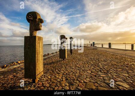 """Die Skulpturengruppe """"Die drei Weisen"""" am Eingang zum Hafen im Fischerdorf Wieck, Greifswald, Mecklenburg-Vorpommern, Deutschland Stockbild"""