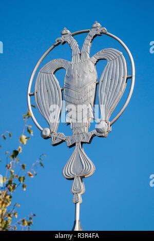 Metal insignia der Russischen Doppel - Adler unter der Leitung angezeigt. Historisch berühmten Obwohl erst vor kurzem nach der Revolution von 1917, die Verwendung wiederhergestellt. Stockbild