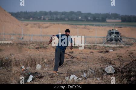 Ein Demonstrator gesehen laufen für Abdeckung während der Auseinandersetzungen. Palästinenser stießen mit israelischen Truppen während einer großen Demonstration auf der Grenze zum Gazastreifen, den Aufruf für ein Ende der israelischen Belagerung von Gaza und das Recht auf ihre Wohnungen am Grenzzaun zwischen Israel und Gaza im südlichen Gazastreifen zurück. Stockbild