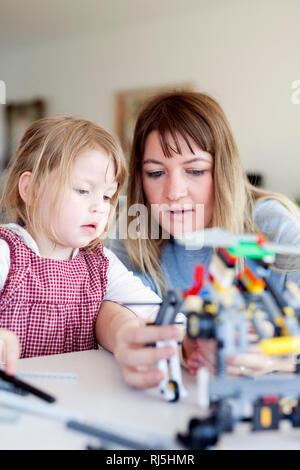 Mutter und Tochter spielen Stockbild