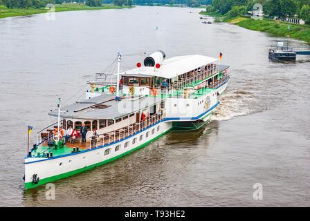 Der Steamboat LEIPZIG ist von der Anlegestelle im Stadtteil Blasewitz in Dresden, Sachsen, Deutschland und Europa abfliegen. Stockbild