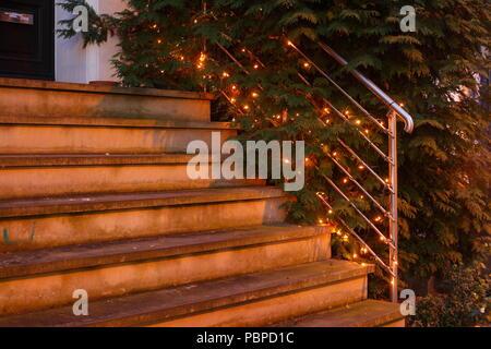 Weihnachten Dekoration auf einem Geländer in der Dämmerung, Bremen, Deutschland, Europa ich Weihnactsdekoration eine Ienem Treppengeländer bei Abenddämmerung, Bremen,,Deuts Stockbild