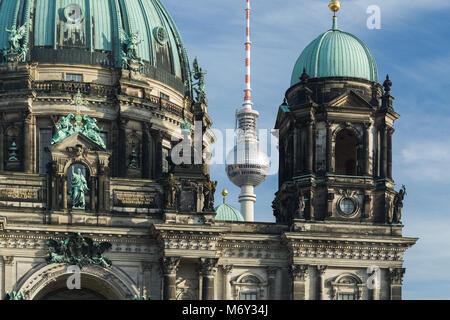 Der Berliner Dom und Fernsehturm (Fernsehturm), Mitte, Berlin, Deutschland Stockbild