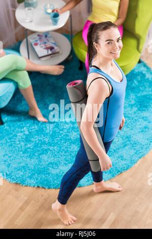 Porträt der jungen Frau im Yoga Studio Stockbild