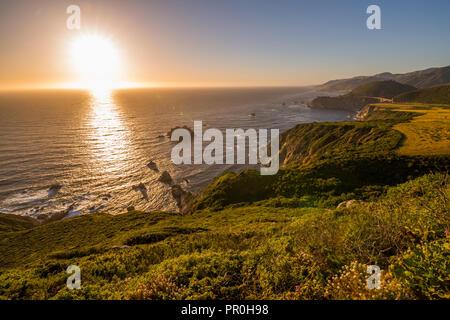 Anzeigen von Bixby Bridge auf dem Big Sur Küste, Landstraße 1, Pacific Coast Highway, Pazifischer Ozean, Kalifornien, Vereinigte Staaten von Amerika, Nordamerika Stockbild
