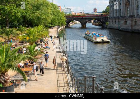 Europa, Deutschland, Berlin, Riverside Café mit Blick auf die Spree Stockbild