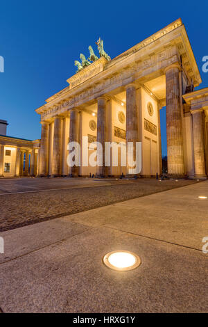 Das berühmte Brandenburger Tor in Berlin bei Nacht Stockbild