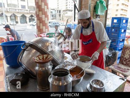 Kochen Vorbereitung foul in einem lokalen Restaurant, Mekka Provinz, Jeddah, Saudi-Arabien Stockbild